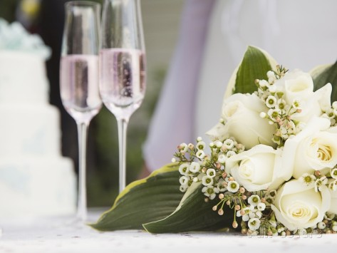 marnie-burkhart-wedding-bouquet-and-champagne-glasses